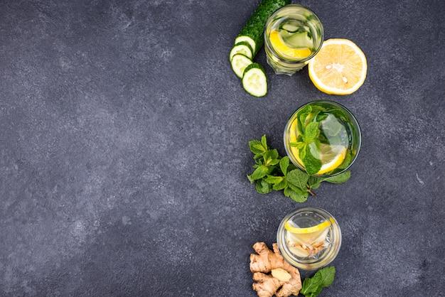 Insieme di varie acque detox salutari
