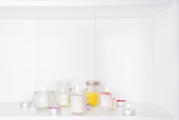 Insieme di varie candele isolato su bianco