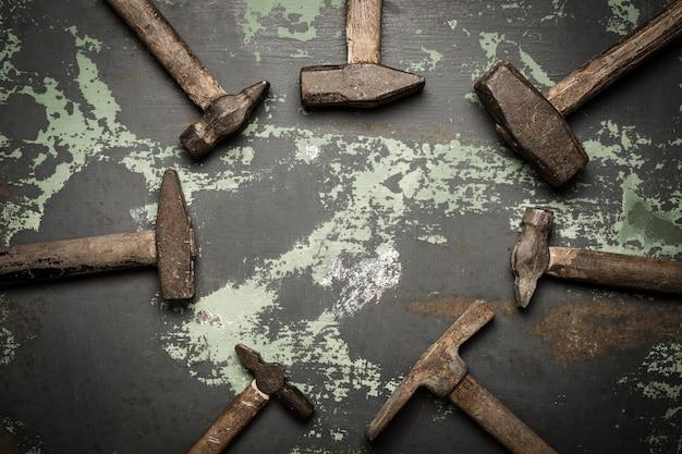Insieme di vecchi martelli e chiodi arrugginiti. strumenti su metallo la superficie.