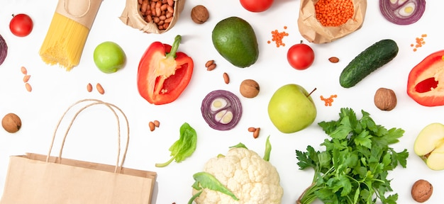 Insieme di verdure, frutta, cereali con un pacchetto. concetto di shopping vegan, dieta.