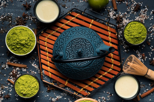 Insieme di vista superiore della teiera giapponese accanto al tè verde in polvere