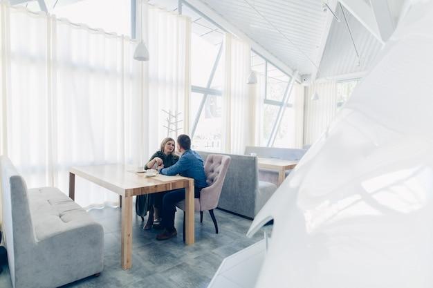 Insieme per sempre. coppia di innamorati alla data nella caffetteria coppia felice emotiva bere caffè.