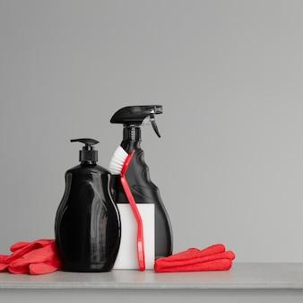 Insieme rosso e nero di strumenti e strumenti per la pulizia della cucina