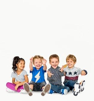 Insieme sorridente di amicizia di felicità dei bambini
