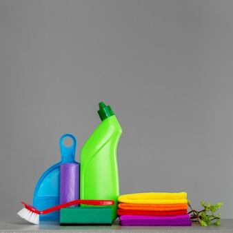 Insieme variopinto di strumenti per la pulizia della casa e ramoscelli