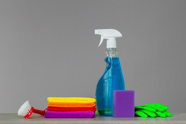 Insieme variopinto di strumenti per la pulizia della casa in folle.