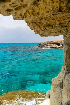 Insolita pittoresca grotta si trova sulla costa mediterranea. cipro, ayia napa.