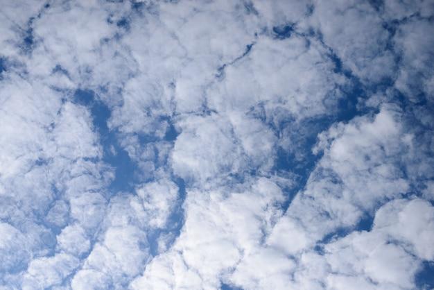 Insolite soffici nuvole contro il cielo blu.
