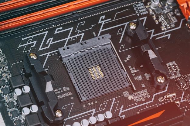 Installazione del processore moderno nella presa della cpu sulla scheda madre