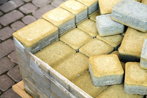 Installazione di lastre di pavimentazione in pietra in un cantiere.