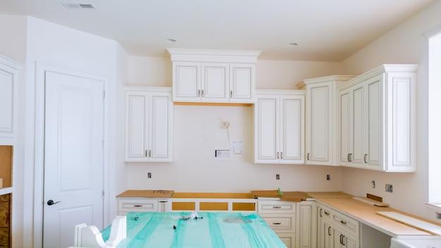Installazione di nuovo piano cottura a induzione nella cucina moderna