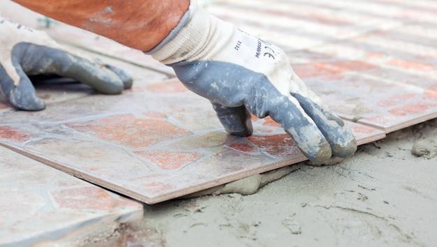 Installazione di piastrelle di pavimento