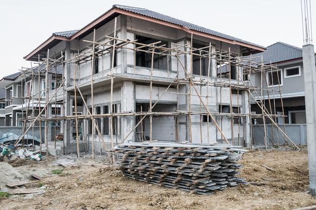Installazione di telai di casseforme in cemento per la costruzione di una nuova casa in cantiere, sviluppo immobiliare