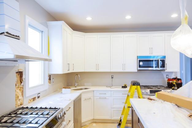 Installazione di un nuovo piano cottura a induzione nel moderno miglioramento rimodellare la cucina