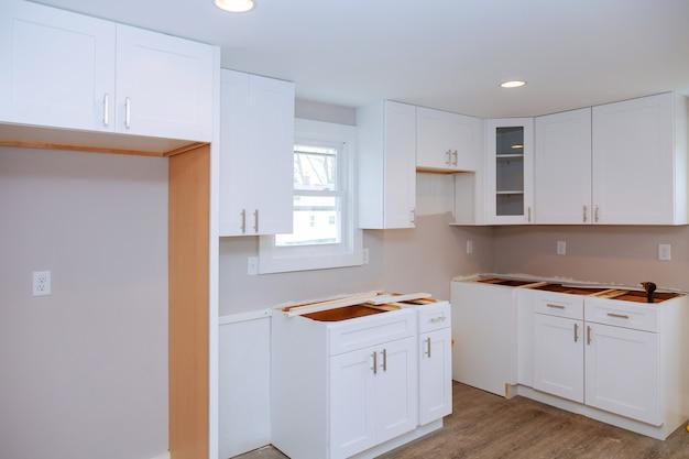 Installazione di un nuovo piano cottura a induzione nella cucina moderna della cucina