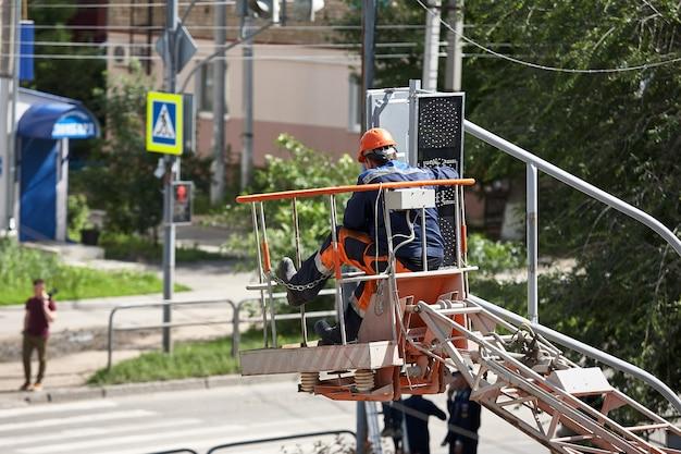 Installazione di un semaforo su un ascensore nel pomeriggio nella città di syzran russia.