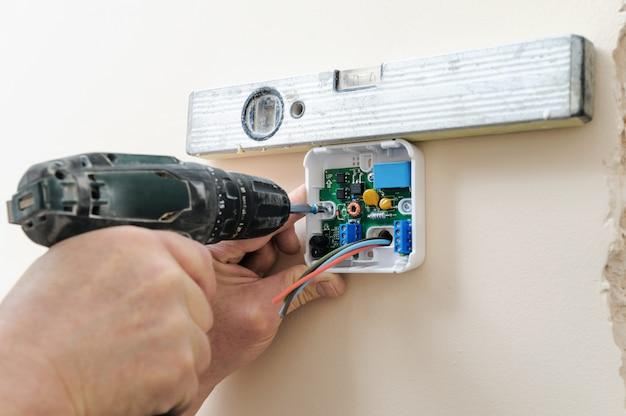 Installazione di un termostato ambiente programmabile.