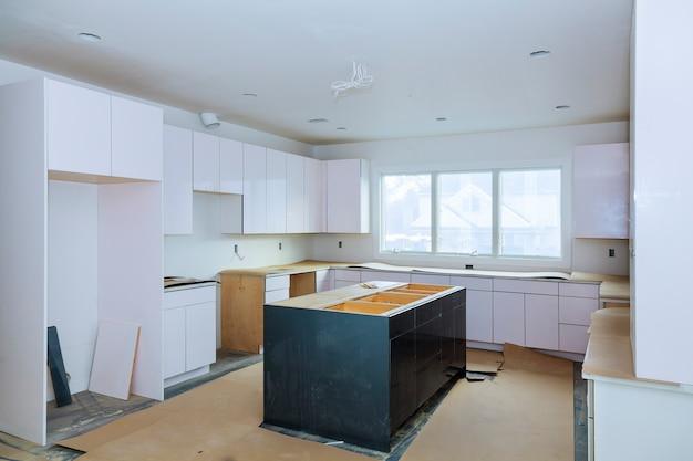 Installazione di una nuova cucina da cucina a induzione installazione dell'armadio da cucina.