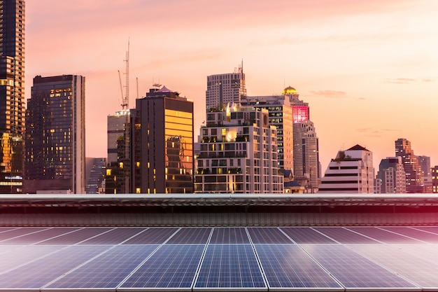 Installazione fotovoltaica del pannello solare su un tetto della fabbrica, fondo soleggiato del cielo blu, fonte di elettricità alternativa - concetto delle risorse sostenibili.