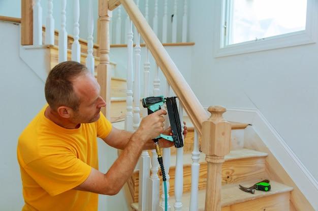 Installazione guidata per ringhiera in legno per scale