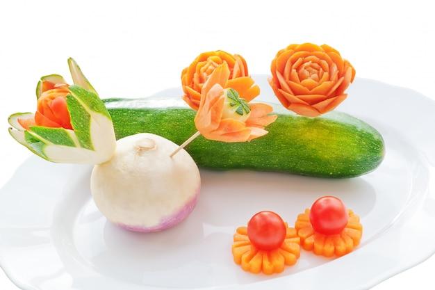Intagliando verdure fresche. su un muro bianco