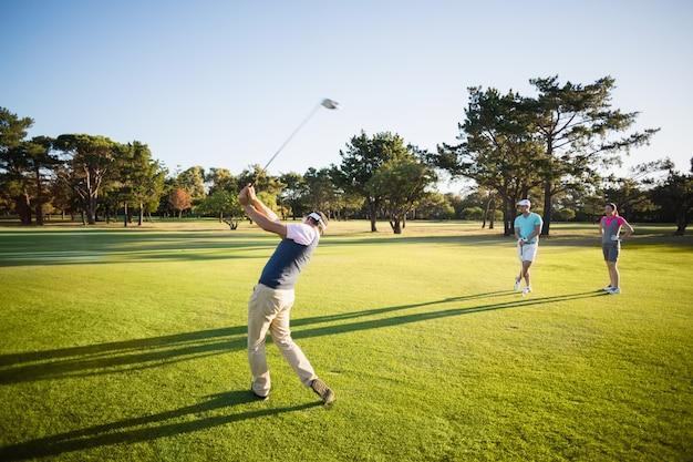 Integrale di amici che giocano a golf
