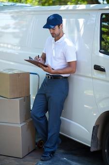 Integrale di consegna uomo di scrittura negli appunti