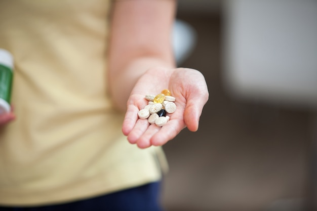 Integratori alimentari nel palmo della tua mano
