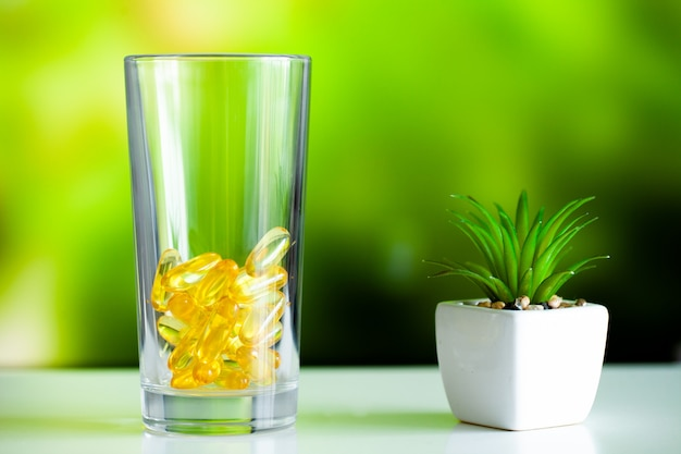 Integratori vitaminici, olio di pesce in capsule gialle omega 3.