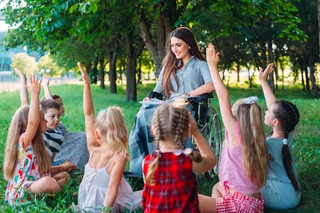Interazione di un insegnante in sedia a rotelle con gli studenti