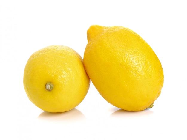 Interi limoni isolati su sfondo bianco