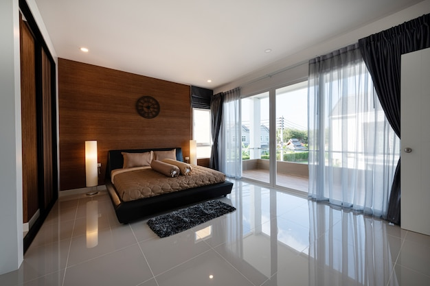 Interior design camera da letto moderna di una nuova casa