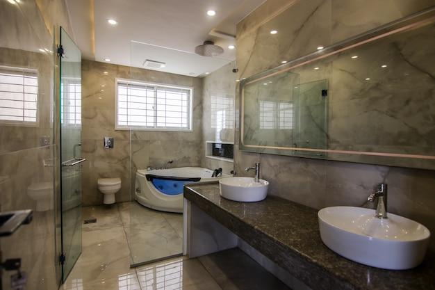 Interior design classico di lusso del bagno