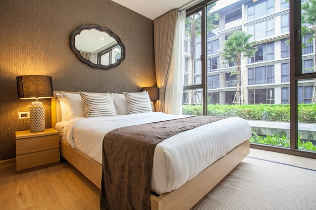 Interior design di lusso in camera da letto villa con piscina con spazio luminoso