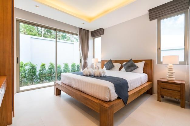 Interior design di lusso nella camera da letto della villa con piscina, accogliente letto king. alto soffitto alto, h
