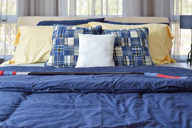 Interior design elegante camera da letto con cuscini fantasia blu sul letto