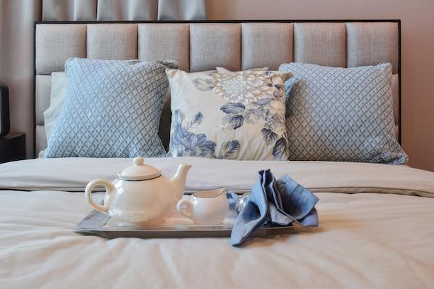 Interior design elegante camera da letto con cuscino motivo floreale e un