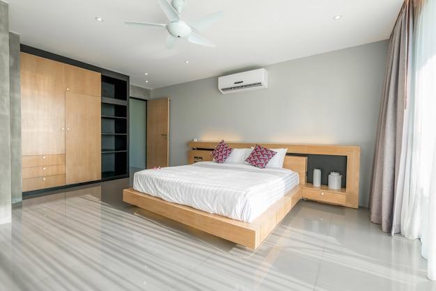 Interior design in camera da letto moderna di villa con piscina con illuminazione