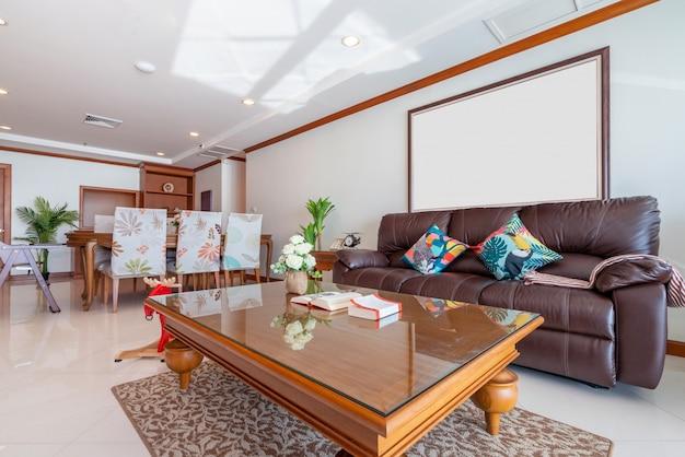 Interior design in soggiorno con tavolo da pranzo in legno