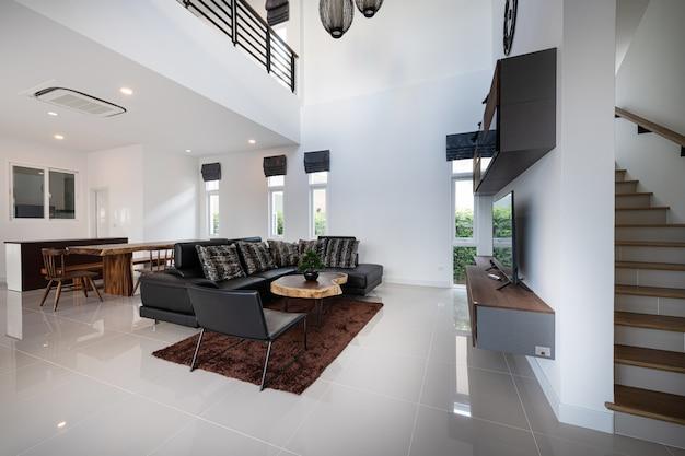 Interior design moderno soggiorno con divano e mobili di una nuova casa