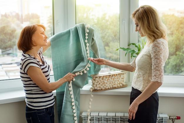 Interior designer mostra campioni di tessuti