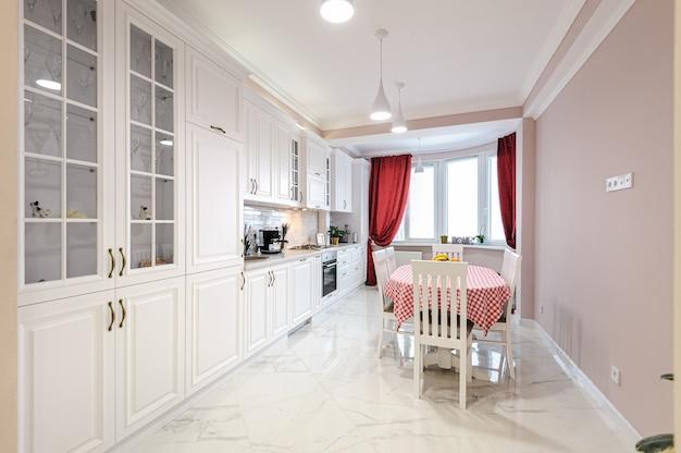 Interiore bianco di lusso moderno della cucina