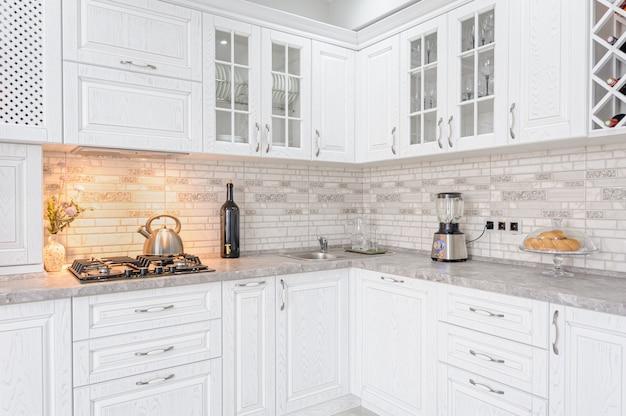 Interiore bianco moderno della cucina di legno