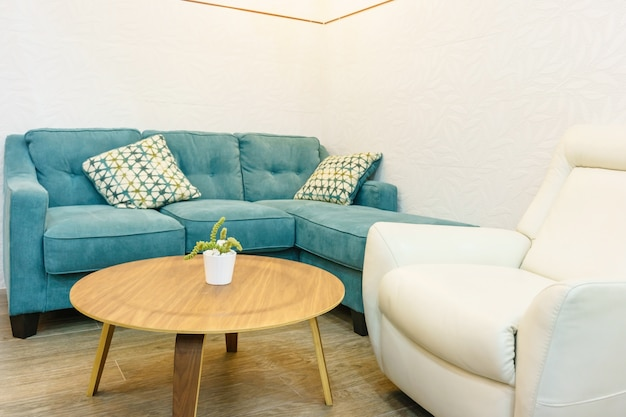 Interiore del salone bianco e verde con divano