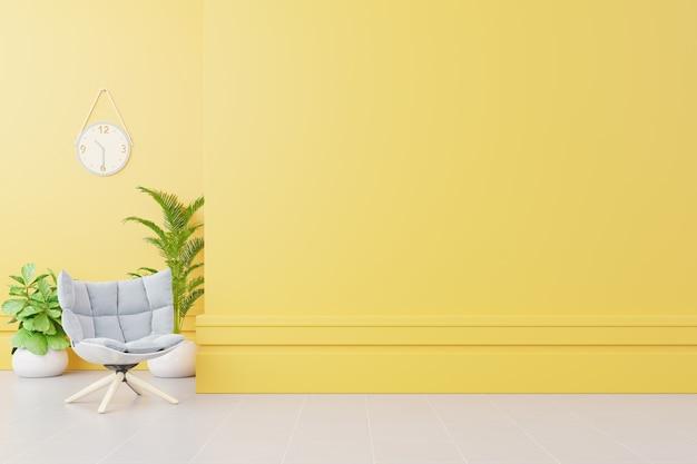 Interiore del salone con poltrona in tessuto, lampada, libro e piante sul muro giallo vuoto