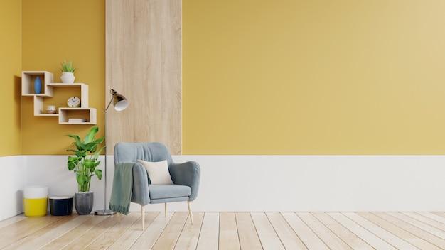 Interiore del salone con poltrona in tessuto, lampada, libro e piante sul muro giallo vuoto.
