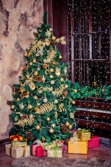 Interiore domestico festivo decorato con l'albero di natale