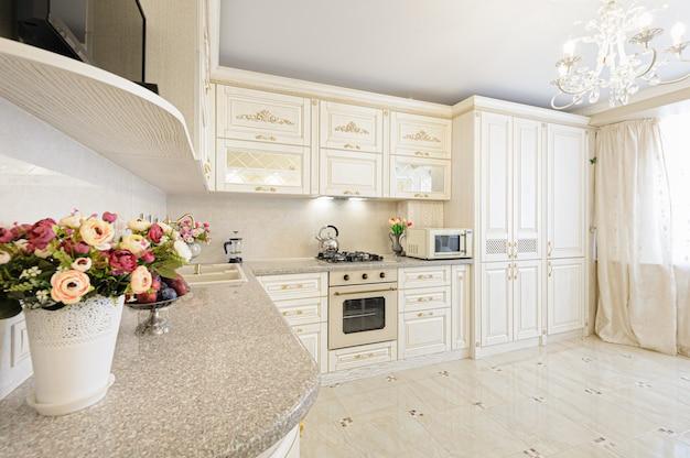 Interiore moderno di lusso beige e color crema della cucina