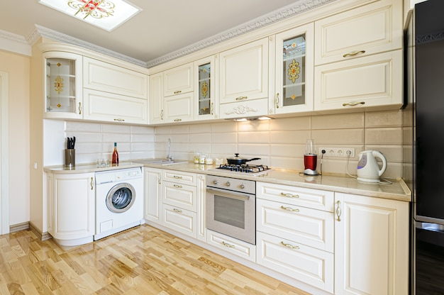 Interiore moderno di lusso della cucina beige e bianca
