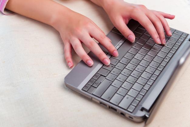 Internet praticante il surfing della ragazza sul computer portatile